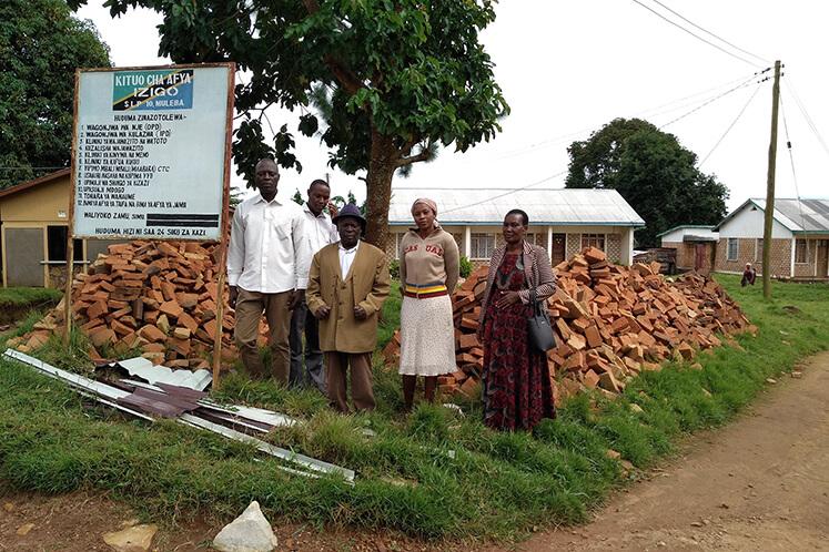 Einige Community-Mitglieder und Anführer vor den gesammelten Steinen