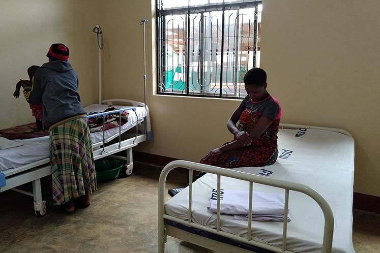 Eine der schwangeren Frauen und ihre Pflegerin in der neuen Entbindungsstation