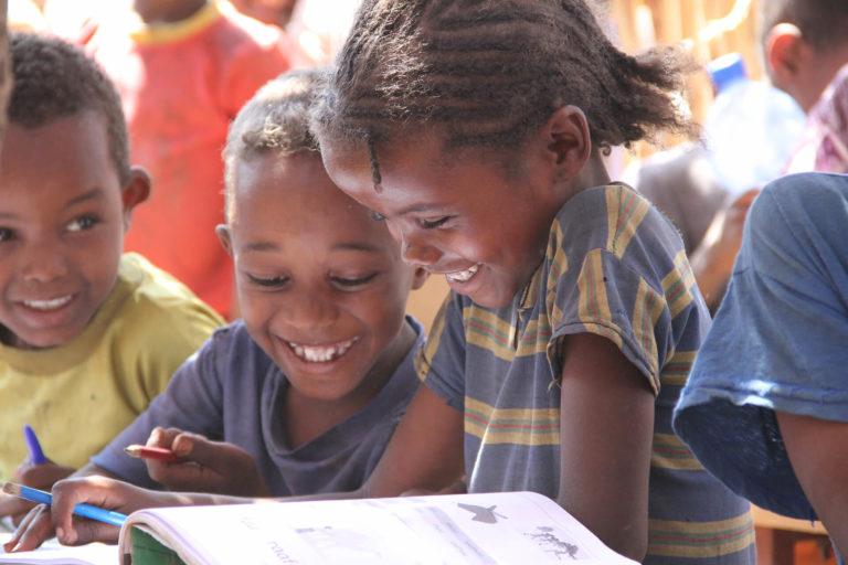 SUDAN Kinder lachen Schule ELVIS Engagement